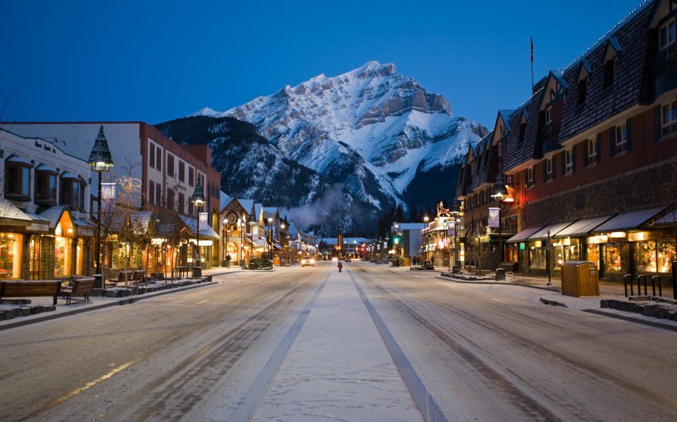http://www.toursaltitude.com/wp-content/uploads/2014/07/winter-banff-avenue-night-Zizka-5-955x595.jpg