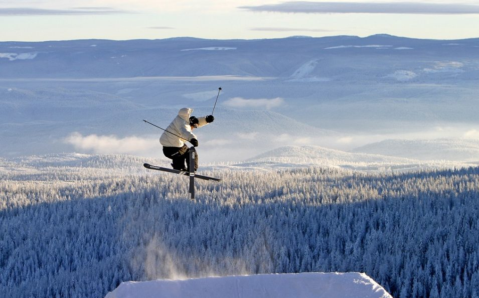 http://www.toursaltitude.com/wp-content/uploads/2016/11/Skier-Big-Air-1-955x595.jpg